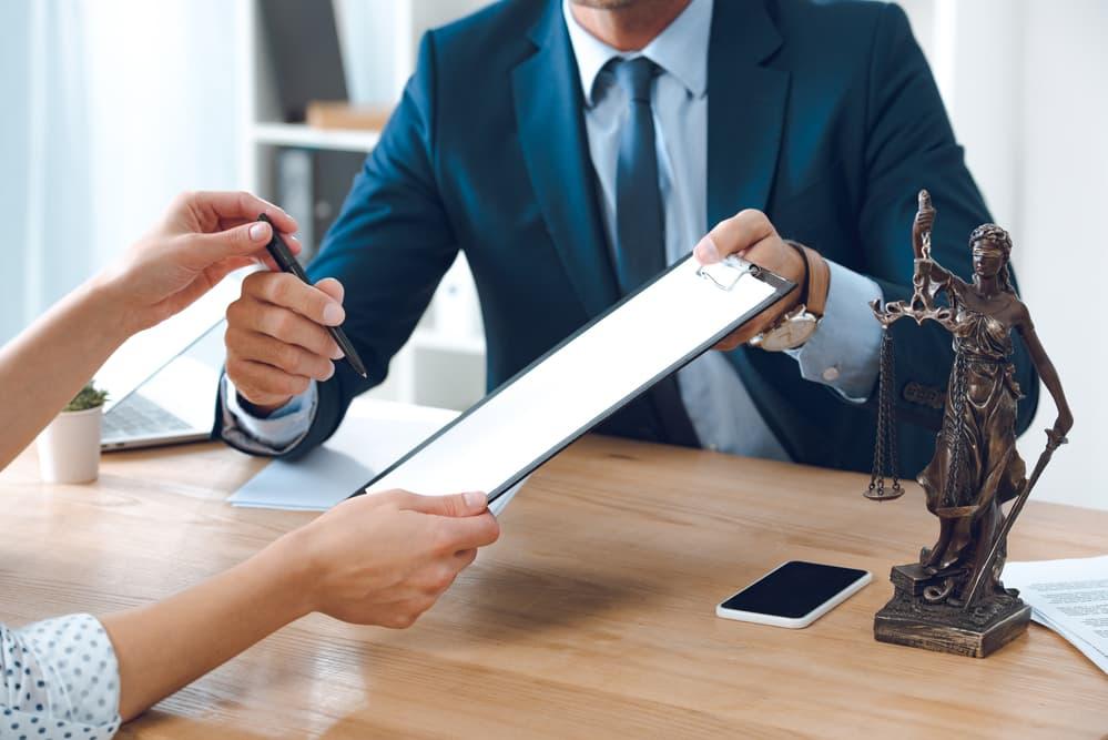 האם עדיף לנהל משא ומתן לפשרה לפני הגשת כתב הגנה או לאחר הגשת כתב הגנה?